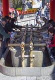 Rituel de purification au tombeau de Shinto photographie stock