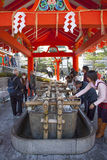 Rituel de purification au tombeau de Shinto photo stock
