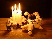 Rituel de vaudou d'amour dans la lueur d'une bougie Photos stock