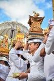 Rituel du ` s de personnes de Balinese au temple du ` s de Pulasari Image stock