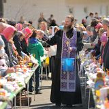 Rituel pascal orthodoxe traditionnel - prêtre bénissant l'oeuf de pâques Photo stock