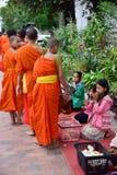 Rituel quotidien de moines bouddhistes de rassembler l'aumône et les offres photos stock
