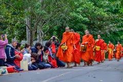 Rituel quotidien de moines bouddhistes de rassembler l'aumône et les offres photos libres de droits
