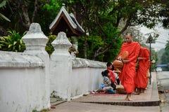 Rituel quotidien de moines bouddhistes de rassembler l'aumône et les offres image libre de droits