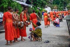Rituel quotidien de moines bouddhistes de rassembler l'aumône et les offres image stock