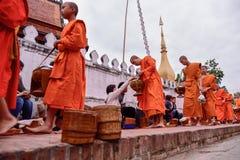 Rituel quotidien de moines bouddhistes de rassembler l'aumône et les offres photographie stock libre de droits