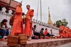 Rituel quotidien de moines bouddhistes de rassembler l'aumône et les offres images libres de droits