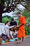 Rituel quotidien de moines bouddhistes de rassembler l'aumône et les offres photographie stock