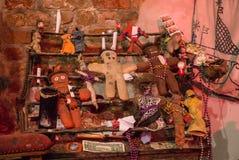 Rituele attributen van voodoogodsdienst Voodoopoppen en offers royalty-vrije stock afbeelding