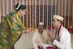 Rituelen in Indisch Hindoes huwelijk die eerbied en zegen tonen. Stock Foto