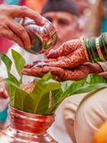 Rituelen van het Maharashtrian de traditionele huwelijk stock fotografie