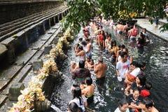 Rituell badning på Puru Tirtha Empul, Bali royaltyfria bilder