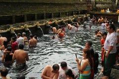 Rituell badning på Tampak som varar far till, Bali Indonesien Royaltyfria Foton