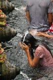 Rituell badningceremoni på Tampak som varar far till, Bali Indonesien Royaltyfri Bild