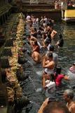 Rituell badningceremoni på Tampak som varar far till, Bali Indonesien Royaltyfria Bilder