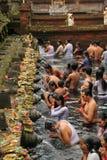 Rituell badningceremoni på Tampak som varar far till, Bali Indonesien Arkivbilder