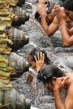 Rituell badningceremoni på Tampak som varar far till, Bali Indonesien Arkivfoto