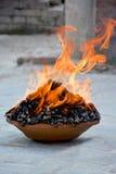 Rituell brandpuja nära templet Royaltyfri Foto