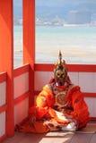 Rituelle för Méditation avant ladanse (sanctuaired'Itsukushimaen - Miyajima - Japon) Arkivbilder