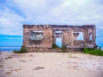 Riun escondido abandonado do khole do bi em zanzibar fotos de stock