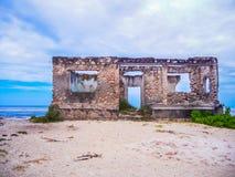 Riun ocultado abandonado del khole del BI en Zanzíbar fotos de archivo