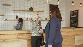 Riunione adulta di handshake delle donne di affari in caffè video d archivio
