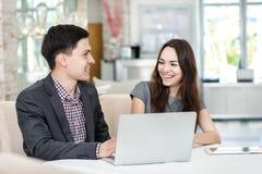 Riunione amorosa! Giovani persone di affari che si siedono alla tavola Immagine Stock