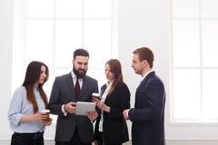 Riunione corporativa degli impiegati in ufficio durante la pausa caffè, gente di affari con lo spazio della copia fotografia stock libera da diritti