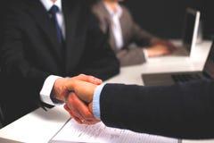 Riunione d'affari all'ufficio Stretta di mano in ufficio Immagine Stock Libera da Diritti