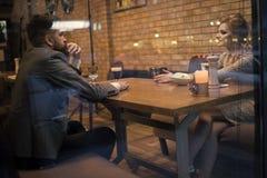 Riunione d'affari dell'uomo e della donna Coppie nell'amore al ristorante Giorno di biglietti di S. Valentino con la donna e l'uo immagini stock