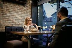 Riunione d'affari dell'uomo e della donna Giorno di biglietti di S. Valentino con la donna sexy e l'uomo barbuto Coppie nell'amor immagine stock