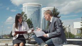 Riunione d'affari durante l'aria aperta dell'intervallo di pranzo video d archivio