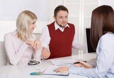 Riunione d'affari finanziaria: giovane coppia sposata - consulente e c Immagine Stock Libera da Diritti