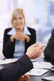 Riunione d'affari, mano con la penna in primo piano Fotografia Stock Libera da Diritti
