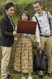 Riunione d'affari nel paesaggio del giacimento del riso. Fotografia Stock Libera da Diritti