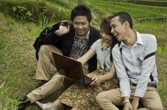 Riunione d'affari nel paesaggio del giacimento del riso. Immagine Stock Libera da Diritti