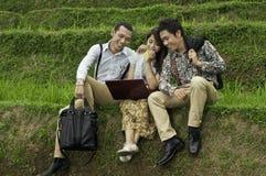 Riunione d'affari nel paesaggio del giacimento del riso. Fotografia Stock
