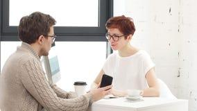 Riunione d'affari nell'ufficio Intervista di lavoro: il dirigente femminile sta incontrando il candidato e la conversazione video d archivio
