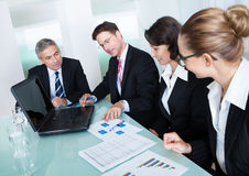 Riunione d'affari per l'analisi statistica Fotografia Stock