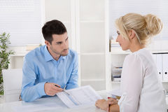 Riunione d'affari professionale: cliente e advicer che analizzano fi Immagine Stock