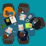 Riunione d'affari, responsabile che discute lavoro con i suoi colleghi, illustrazione di vettore Immagini Stock