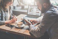 Riunione d'affari teamwork Uomo d'affari e donna di affari che si siedono alla tavola ed al lavoro Immagini Stock