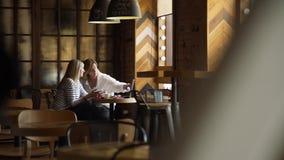 Riunione d'affari tra due persone in un caffè stock footage