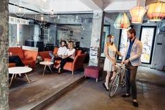 Riunione d'affari in un ufficio piacevole Immagini Stock Libere da Diritti