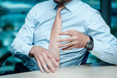 Riunione d'affari Uomo d'affari sicuro che si siede alla tavola a Fotografia Stock
