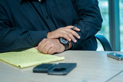 Riunione d'affari Uomo d'affari sicuro che si siede alla tavola a Immagine Stock