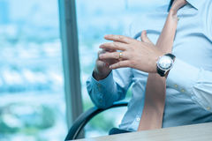 Riunione d'affari Uomo d'affari sicuro che si siede alla tavola Fotografia Stock