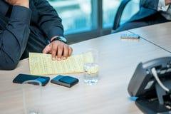 Riunione d'affari Uomo d'affari sicuro che si siede alla tavola Immagine Stock