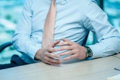 Riunione d'affari Uomo d'affari sicuro che si siede alla tavola Immagini Stock Libere da Diritti