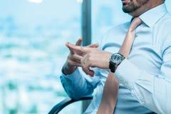 Riunione d'affari Uomo d'affari sicuro che si siede alla tavola Immagini Stock